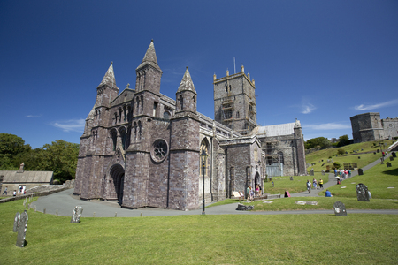 St Davids, Pembrokeshire, Wales, UK, July 2014, View of Saint Davids Cathedral Banque d'images - 122072962