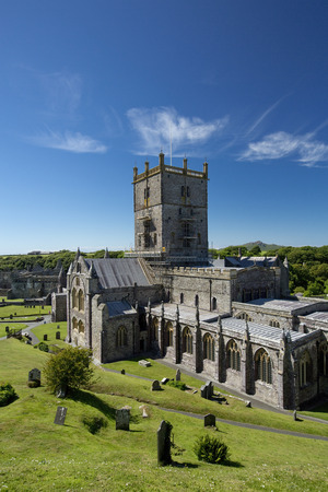 St Davids, Pembrokeshire, Wales, UK, July 2014, View of Saint Davids Cathedral Banque d'images - 122072973