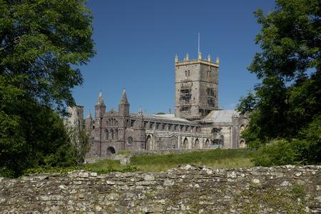 St Davids, Pembrokeshire, Wales, UK, July 2014, View of Saint Davids Cathedral Banque d'images - 122072976