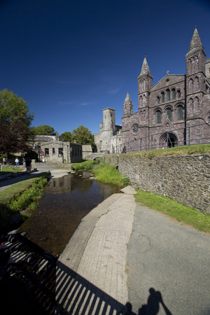 St Davids, Pembrokeshire, Wales, UK, July 2014, View of Saint Davids Cathedral Banque d'images - 122072979