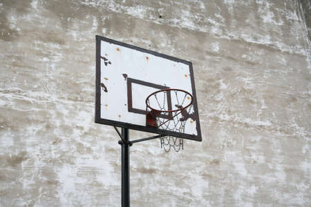 panier basketball: vieux panier de basket dans la cour Banque d'images