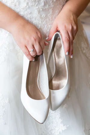 Bride holding shoes 스톡 콘텐츠