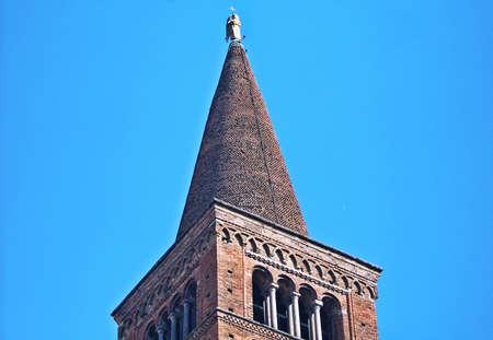 piacenza: Piacenza torre de la Catedral en el cielo azul