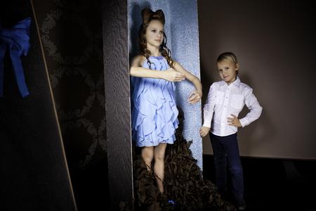 bow hair: Ni�a de 9 a�os de edad, con arco de pelo y azul Diosa est� en una gran caja