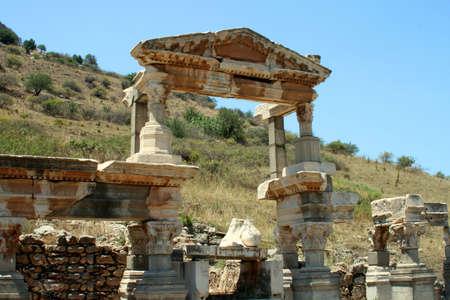 antyk: Starożytności greckie miasto Efez. Kolumny i błękitne niebo Zdjęcie Seryjne