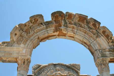 antyk: Starożytności greckie miasto Efez. Arc i błękitne niebo Zdjęcie Seryjne