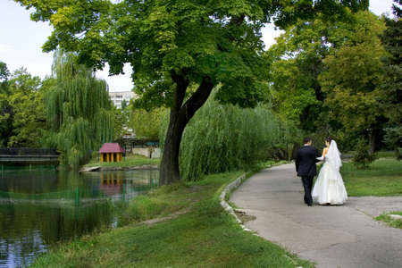 marriageable: Bride and groom in wedding day in a park