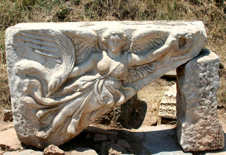 antyk: Starożytności greckie miasta - Efez. Kolumny i błękitne niebo