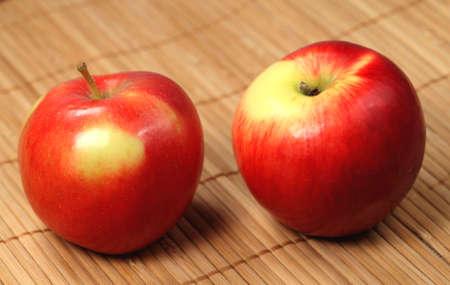 servilleta de papel:  Manzana roja sobre la servilleta de madera Foto de archivo