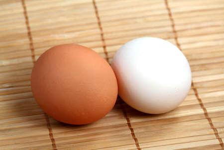 servilleta de papel:  Dos huevos en la servilleta de madera
