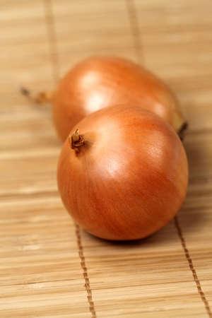 servilleta de papel: Cebolla grande en la servilleta de madera