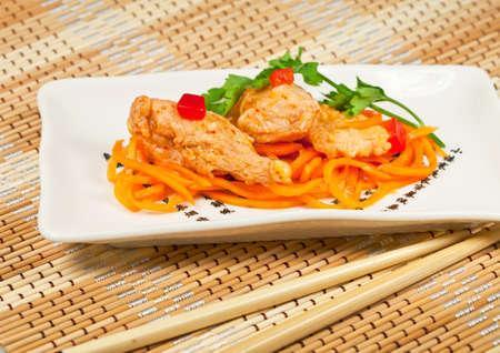 plato del buen comer: Zander de pescado (Lucio perca) en virtud de la cocina de la receta en la este y palillos