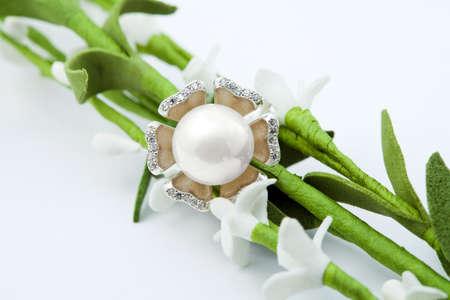 perlas: Anillo de joyería femenina elegante con pearl y flores  Foto de archivo