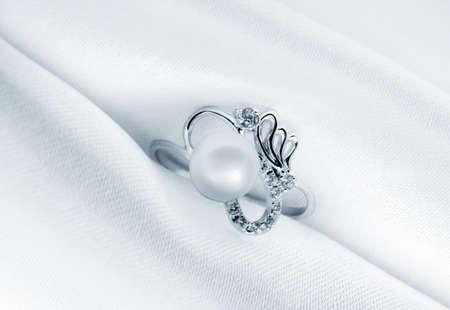 bijoux diamant:  Anneau de bijoux �l�gant avec Pierre joyau sur un fond de soie Banque d'images
