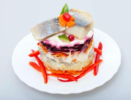 ensalada rusa: Ensalada de arenque de peces para aperitivo en una placa Foto de archivo