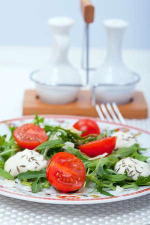 restaurante italiano: Alimentos - placa con Ensalada italiana en una tabla
