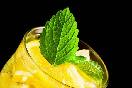 Drinken van citrus citroen met mineraal water en munt