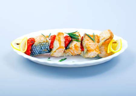 plato del buen comer: Barbacoa de parrilla salmón pescado en un plato
