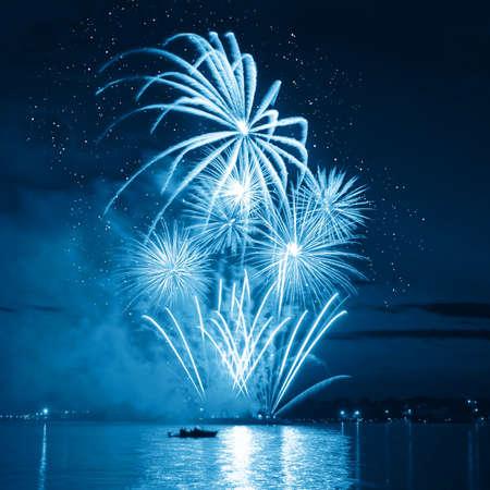 tűzijáték: tűzijáték egy éjszakai égbolton Stock fotó
