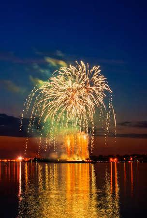 julio: fuegos artificiales en el cielo nocturno