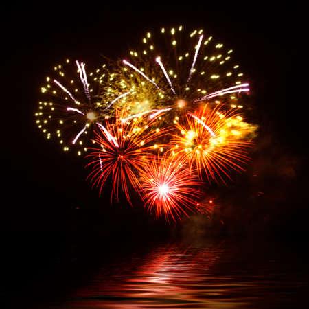 fuegos artificiales: Fuegos artificiales vibrantes hermosa en el d�a de vacaciones