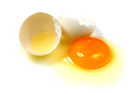 huevos fritos: El huevo roto sobre un fondo blanco, Foto de archivo