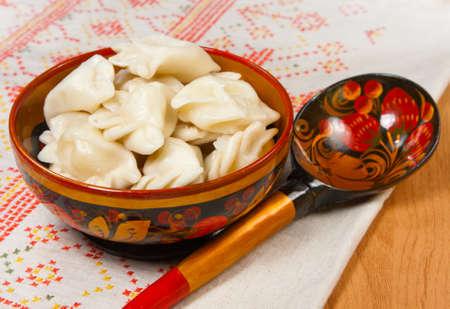 ensalada rusa: La comida - plato con ravioles rusos con la carne sobre una mesa Foto de archivo