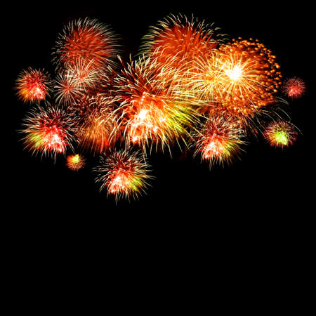 cohetes: Fuegos artificiales de celebración brillante en un cielo nocturno