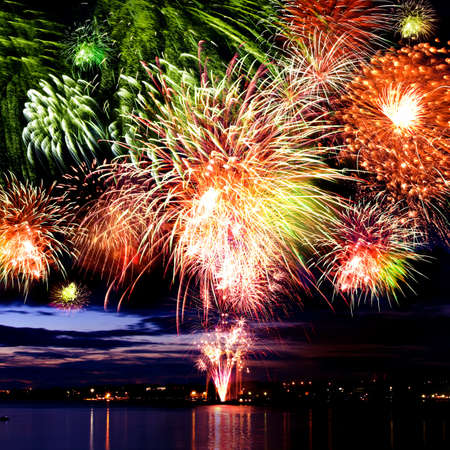 in july: Fuegos artificiales de celebraci�n brillante en un cielo nocturno