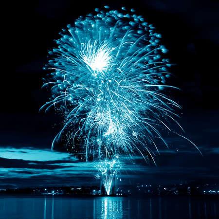 Fuegos artificiales de celebración azul en un cielo nocturno