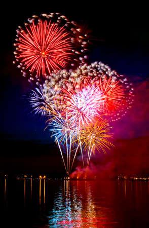 Celebratory fuochi d'artificio luminoso in un cielo notturno