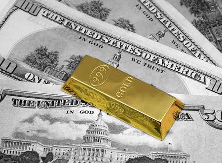 lingotes de oro: Los d�lares de dinero y lingotes de oro Foto de archivo