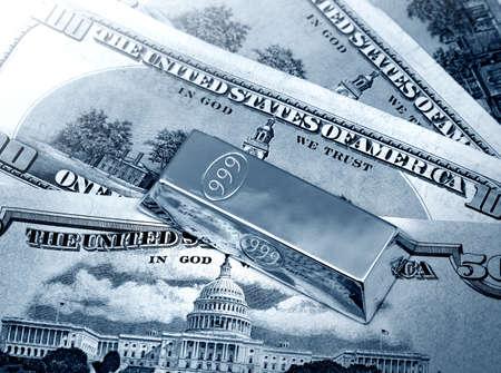lingotes de oro: Los dólares americanos de dinero y lingotes de oro Foto de archivo