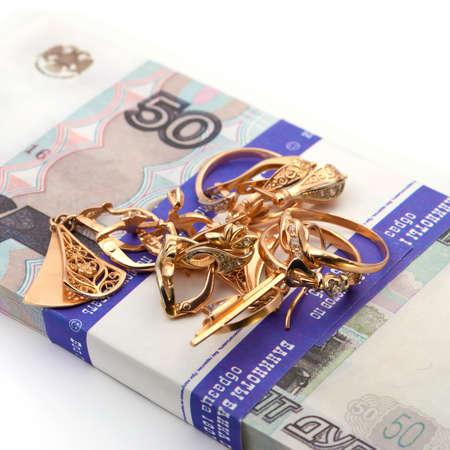 metallschrott: Schmuck und Banknoten Geld auf weißem Hintergrund