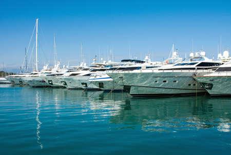 W Antibes portowe, luksusowe jachty na morzu, Francja