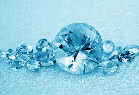 goldy: Vari gioielli gemme su sfondo blu Archivio Fotografico