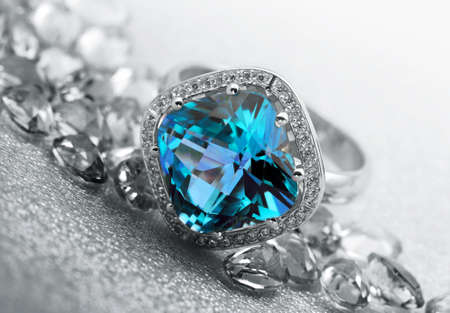 灰色の背景上の様々 な宝石類の宝石