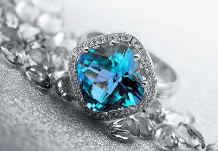 sapphire: Varias piedras preciosas joyas sobre fondo gris