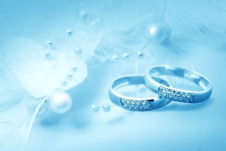 ringe: Eheringe auf blauem Hintergrund für die Karte