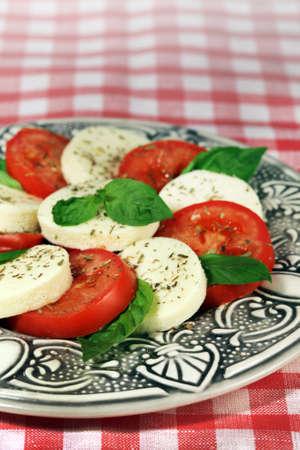 Cucina italiana - insalata capreze (mozzarella, pomodoro, basilico) Archivio Fotografico - 78051811