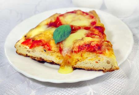 Pizza alimentaire italienne Margarita au fromage et aux tomates Banque d'images