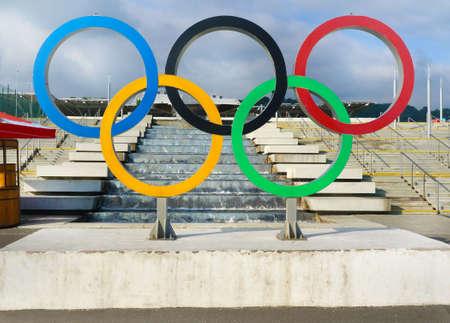 Sotsji, Rusland - 30 mei 2017: Blauwe hemel, fontain en symbool van de Olympische spelen 2014 in Sotsji