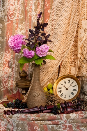 reloj antiguo: Bodegón con reloj antiguo y rosa hortensia