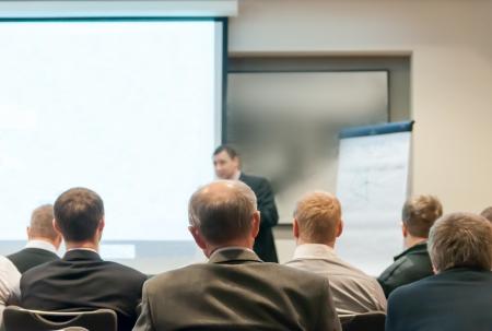 ember ül az üzleti konferencia és előadó a képernyőn Stock fotó