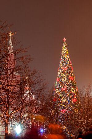 red square moscow: �rbol de Navidad en la Plaza Roja de Mosc� en la noche