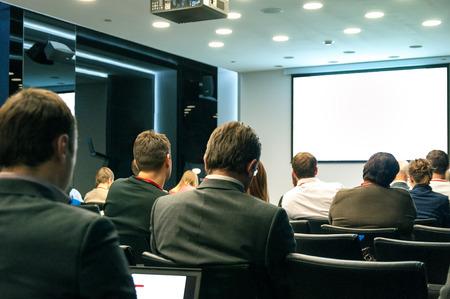 ember ül hátul az üzleti konferencián
