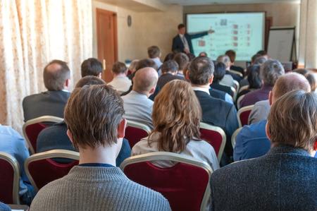menschen sitzend: Menschen sitzen hinten in der Business-Konferenz