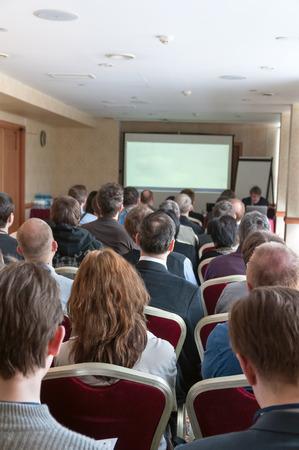 Leute sitzen hinten auf der Business-Seminar Standard-Bild - 27258847
