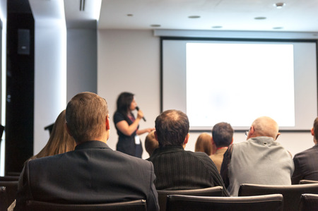 hablar en publico: gente sentada atrás a la rueda de negocios Foto de archivo