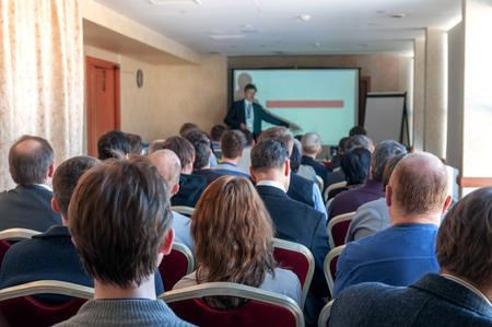 Menschen sitzen hinten in der Business-Konferenz Standard-Bild - 28038169